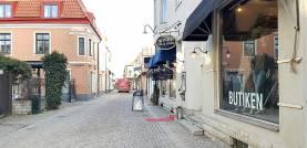 3,5a på Adelsgatan i Visby. Butikslokal för mingel kan hyras i anslutning till bostaden.