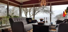 Bo längs strandkanten i lyxig villa vid Visby Strandpromenad