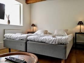 Boka 2019 - Hotell-lägenhet, 2:a bakom Hotell Gute, frukost ingår. Möjlighet till mingel på gården.
