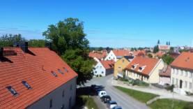 Fin lägenhet på Slottsbacken mitt i Visby innerstad. Trädgård med mingel finnes.