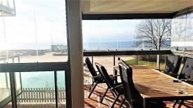 Lägenhet vid strandpromenaden på två plan med 7 bäddar. Swimmingpool utanför fönstret.
