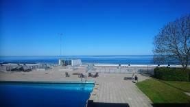 Boka 2020 - Fräsch lägenhet vid strandpromenaden på två plan med 7 bäddar - Pool och tennisplan utanför fönstret