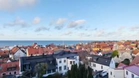 Boka 2020 - Rymlig lägenhet med stor balkong på klinten ovanför St Hans ruin, utsikt över hela Visby innerstad.