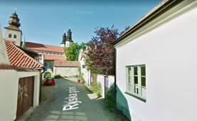 Fastighet vid Stora torget med trädgård, gårdshus och 5 sovrum