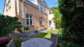 Boka 2020 - Hus med 6 sovrum, mitt i Visby innerstad. Mingelutrymme för ca 60 personer i trädgården.