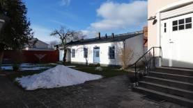 Stor fastighet med 5 lägenheter (18 bäddar) och egen innergård för mingel(150-200 pers), innanför ringmuren