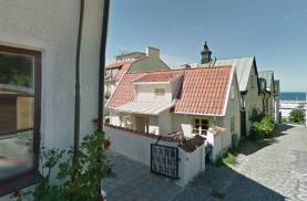 Bo centralt i 2-planshus med mingelmöjligheter på Slottsgränd i Visby innerstad