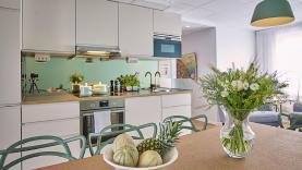 Boka 2020 - 3 Lägenheter - totalt 18 bäddar - med egen uteplats i Visby galleria - Centralt med många bäddar