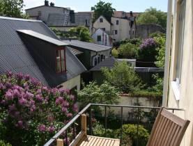 3:a på med 2 balkonger på Skeppargatan, mitt i Visby Innerstad, tillgång till delad trädgård för möten