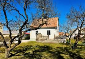 Boka 2019 - Fräsch villa med trädgård endast 950 m från Östercentrum