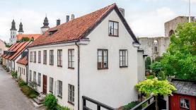 Boka 2020 - Fastighet med 17 bäddar i 3 separata bostäder i hjärtat av Visby innerstad - Stor mingelträdgård intill S:t Clemens ruin