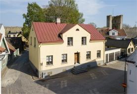 Boka 2020 - Nyrenoverad källarlägenhet, 1 rok, 25 m2, mitt i Visby innerstad. Tillgång till pool och mycket stor trädgård där mingel kan anordnas(ök)
