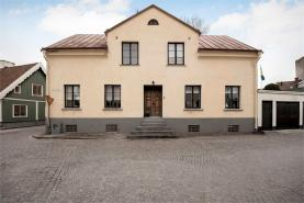 Boka 2020 - Nyrenoverad källarlägenhet, 1 rok, 38m2, mitt i Visby innerstad. Tillgång till pool och mycket stor trädgård där mingel kan anordnas(ök)