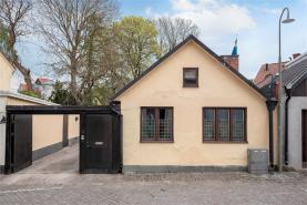 Boka 2020 - Fristående gårdshus - mitt i Visby innerstad - 5 bäddar - egen uteplats. Tillgång till pool och mycket stor trädgård där mingel kan anordnas(ök).