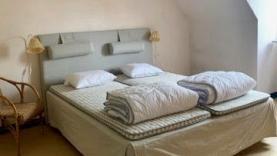 Radhus på 3 plan, med 5 sovrum, beläget på Södertorg, mitt i Visby innerstad, 5 min från Almedalen. 10 bäddar