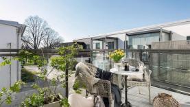 Boka 2021 - Arkitektritad, lyxig lägenhet vid strandpromenaden.